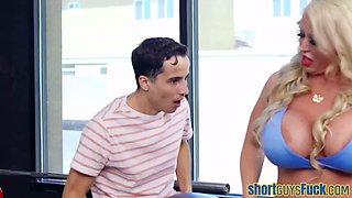 Milf rides short guy in gym during workout