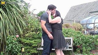 Chubby British Housewife Fucking In The Garden - MatureNL