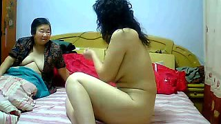 Pale skinned Chinese MILF finger fucked in amateur clip