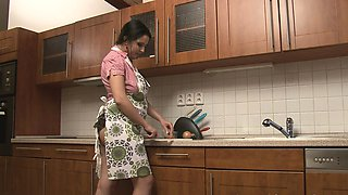 Chubby babe in the kitchen started masturbating