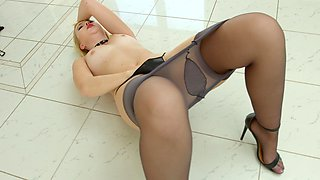 Solo beauty hits the orgasm with the help of her toys