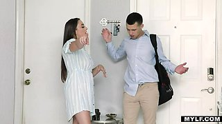 Stepson takes the opportunity to shag his stepmom
