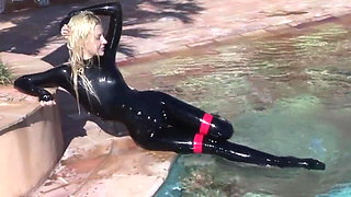 Blonde Mistress Eva in Latex will Spermasklaven