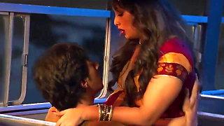 Sexy Indian Kavita Bhabhi Ke Saath Bus Me Chudai