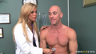 Dirty doctor Amber Lynn takes off her clothes to have amazing sex