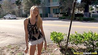 Cute Heather Hamilton likes to suck a stiff dick in the car