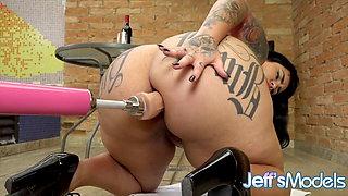 Chubby Alana Kralissa Spreads Her Big Booty for a Machine