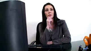 Rayveness is a glamour milf who loves to play with her pink