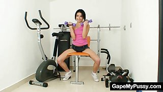 Sporty skinny babe pussy gaping in the gym
