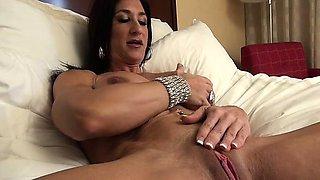 Bodybuilder Hot Italian and Her Big Clit